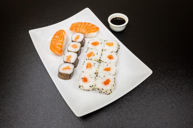 Sushi, un tipico cibo giapponese preparato con una base di riso e vari pesci crudi.