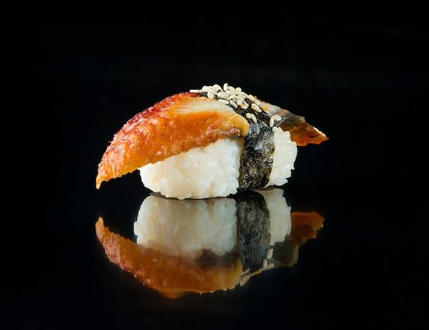 Sushi unagi con anguilla affumicata su sfondo nero