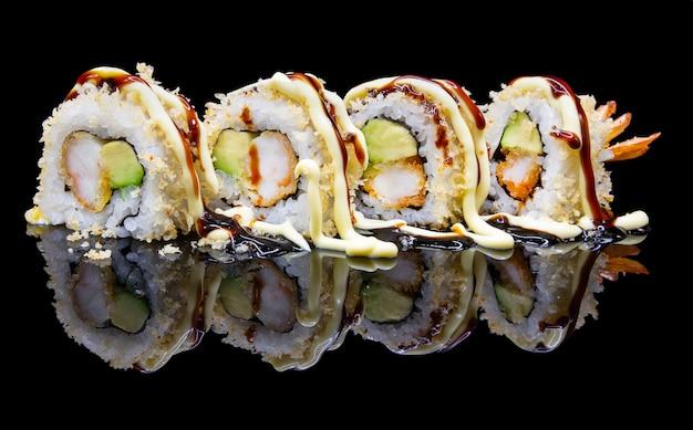 Sushi uramaki con gamberetti e frittura di avocado e tempura