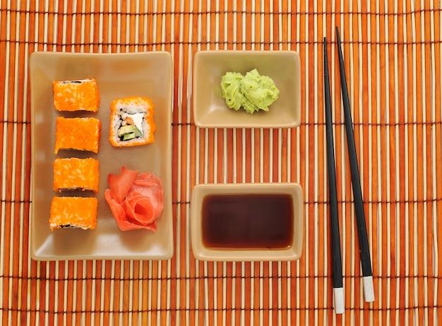Sushi, wasabi, salsa di soia e bacchette per sushi