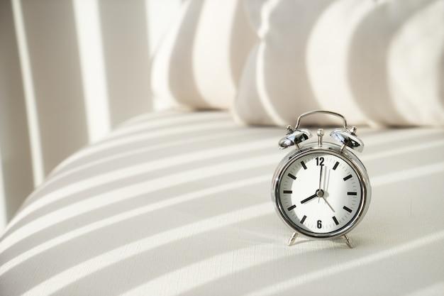 Sveglia alle 8 del mattino. svegliarsi
