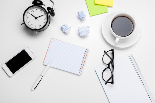 Sveglia con palline di carta stropicciata e articoli per ufficio