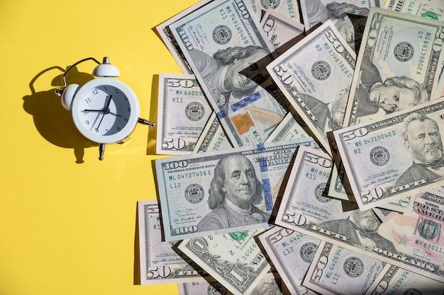 Sveglia e banconote degli stati uniti