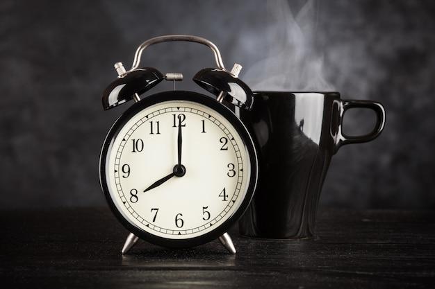 Sveglia e una tazza di caffè