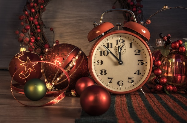 Sveglia impostata su cinque a dodici e decorazioni di capodanno