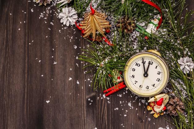 Sveglia, ramo di pino e decorazioni natalizie