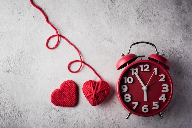 Sveglia rossa con cuore rosso, concetto di giorno di san valentino.