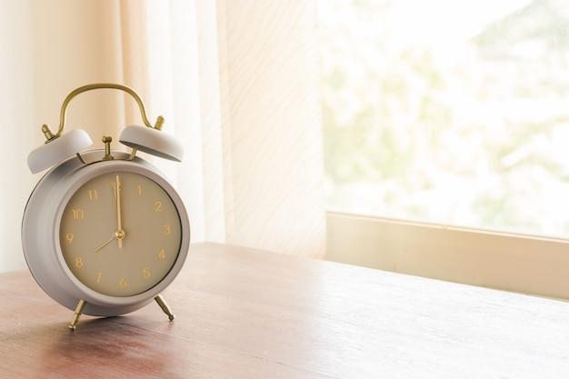 Sveglia sul tavolo di legno al mattino