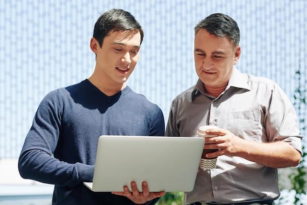Sviluppatore di software che mostra il suo progetto