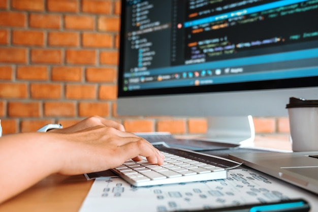 Sviluppo di programmatori concentrati che leggono codici informatici sviluppo sito web design