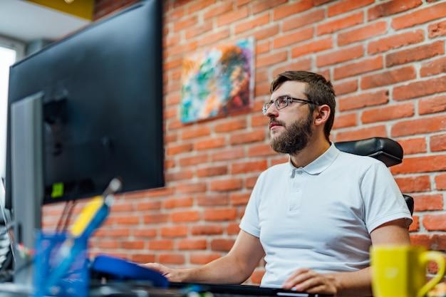 Sviluppo di tecnologie di programmazione e codifica. progettazione del sito web. il programmatore che lavora in un software sviluppa l'ufficio della società.