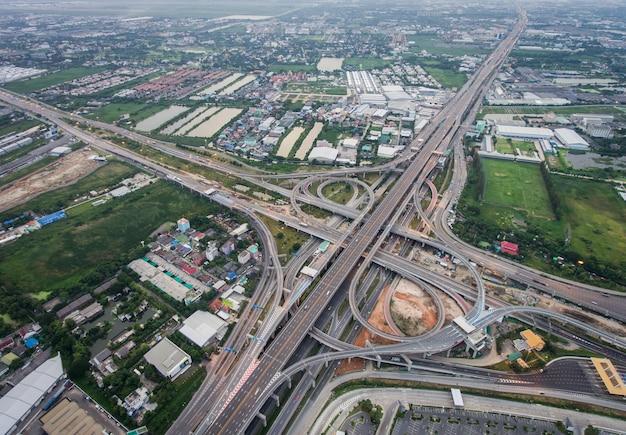 Svincolo autostradale occupato dalla vista aerea