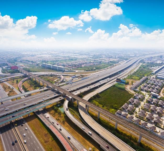 Svincolo autostradale. strada trafficata dalla vista aerea.