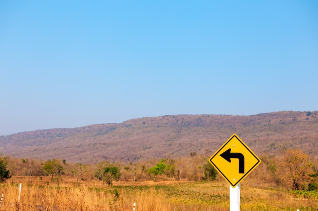 Svolta a sinistra, cartello stradale sulla strada