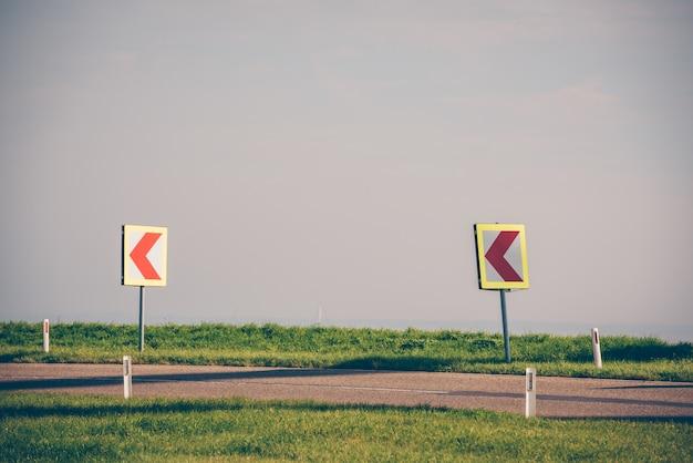 Svoltare a sinistra in una strada di campagna