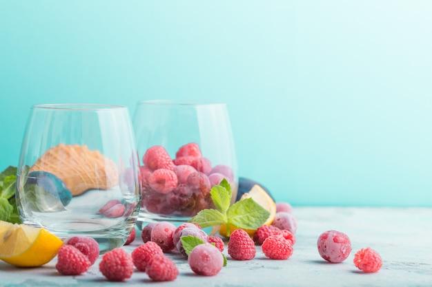 Svuotare due bicchieri e frutta e bacche fresche. concetto di estate