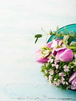 Svuoti i colori pastelli della molla delle rose dei tulipani dei fiori porpora vuoti della carta