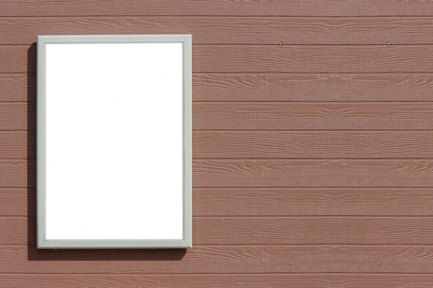 Svuoti il derisione bianco in bianco sul bordo sul fondo di legno marrone della parete dei pannelli.