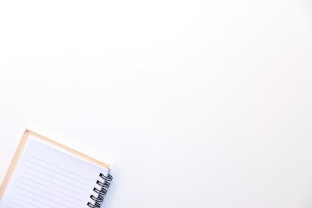 Svuoti il libro aperto su fondo bianco, la vista superiore, copi lo spazio