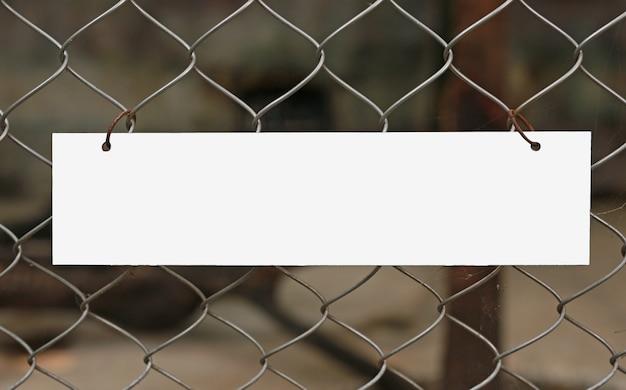 Svuoti l'etichetta bianca in bianco che appende sulla rete fissa della maglia.