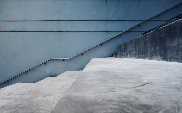 Svuoti la scala di calcestruzzo grigia, stile industriale moderno del sottotetto del cemento.
