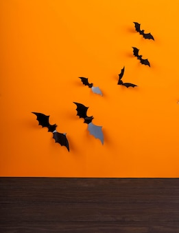 Svuoti la tavola rustica davanti al fondo della ragnatela, il fondo arancio con i pipistrelli e le ragnatele, halloween