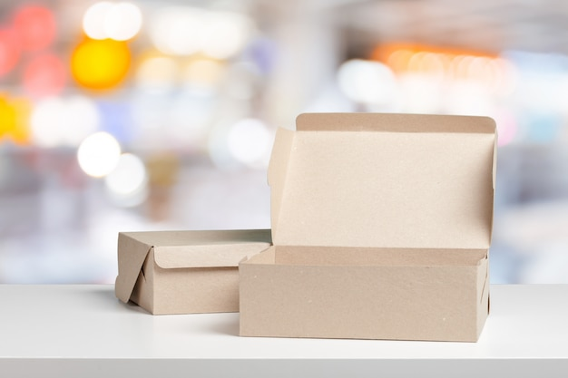Svuoti le scatole di carta aperte contro fondo vago