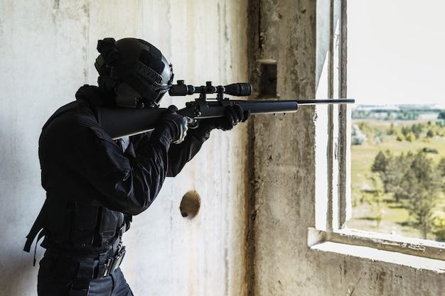 Swat operatore di polizia con fucile da cecchino