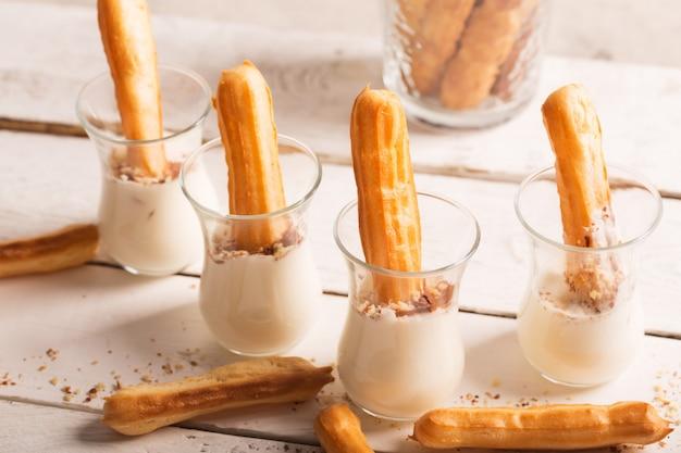 Sweet tasty eclair con crema bianca