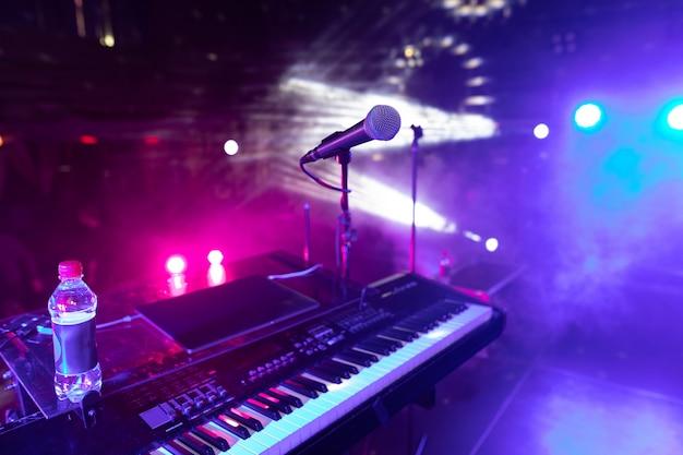 Synth importanti planea presso la discoteca
