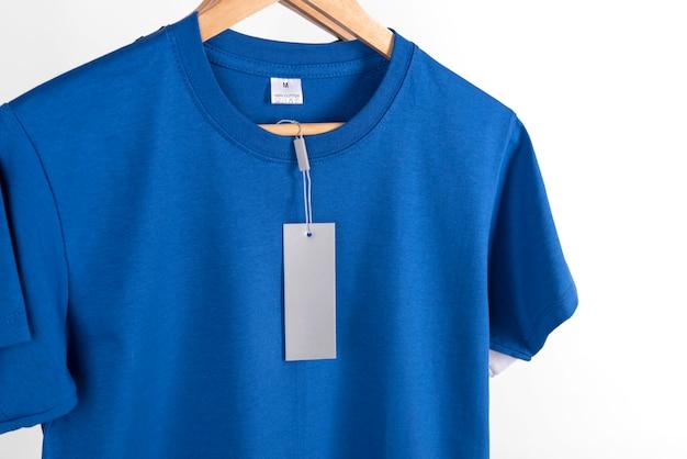 T-shirt blu vuota ed etichetta etichetta vuota per la pubblicità.