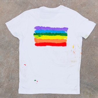 T-shirt con emblema arcobaleno posto su asfalto