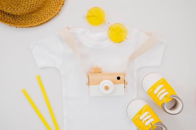 T-shirt da bambino piatta con macchina fotografica