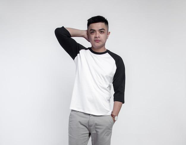 T-shirt raglan da portare del giovane uomo bello che propone