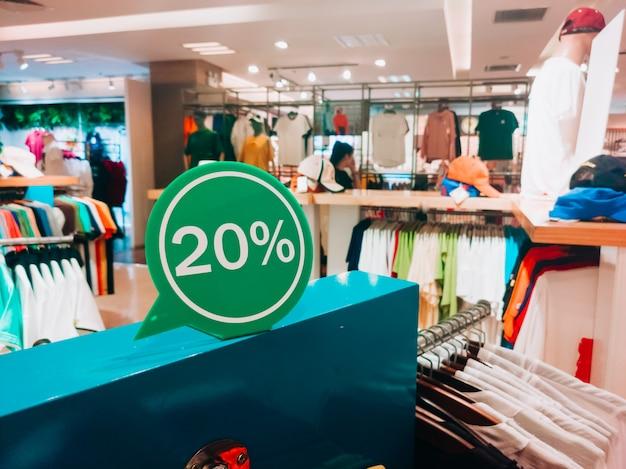 T-shirt shopping saldi -50% di sconto. vendite nella sezione di chiusura maschile e femminile (camicie). copyspace orizzontale