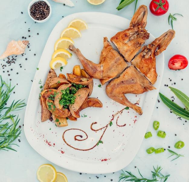 Tabaka di pollo fritto con vista dall'alto di patate