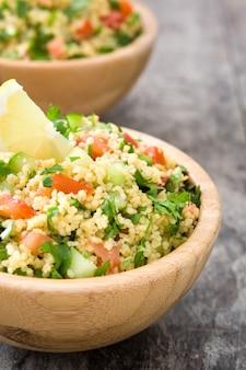 Tabbouleh insalata con couscous su un tavolo rustico