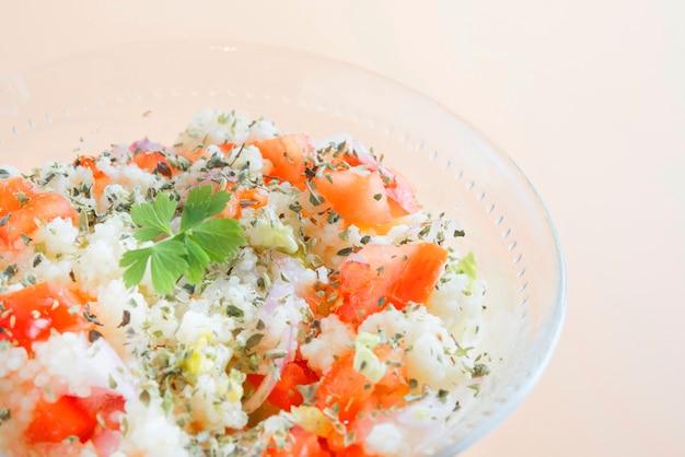 Tabbouleh orientale tradizionale dell'insalata in ciotola