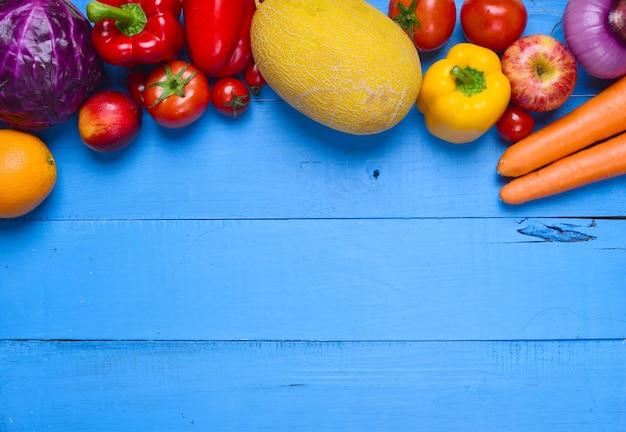 Tabella blu con verdure varie