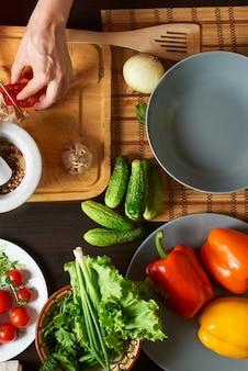 Tabella con verdure pronte per un'insalata sana