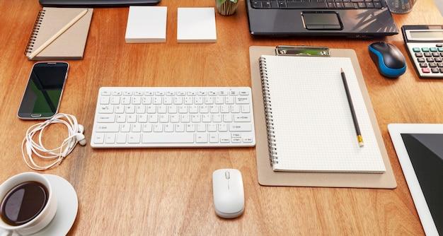 Tabella della scrivania del posto di lavoro e degli oggetti business di affari