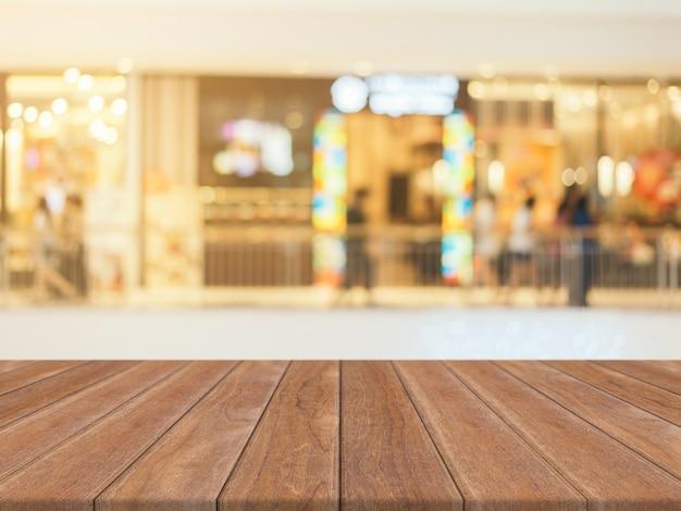 Tabella di legno tabella vuota offuscata priorità bassa. prospettiva legno marrone sopra sfocatura nel grande magazzino