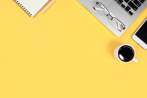 Tabella di woking con il computer su giallo
