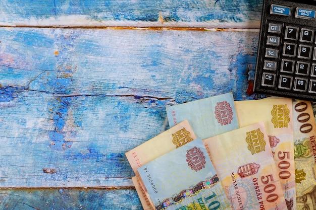 Tabella fiorino ungherese di banconote con calcolatrice