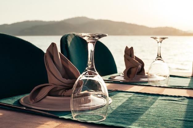 Tabella messa al ristorante sulla spiaggia al tramonto