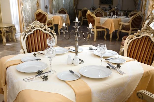 Tabella servita in un ristorante di lusso retro hotel