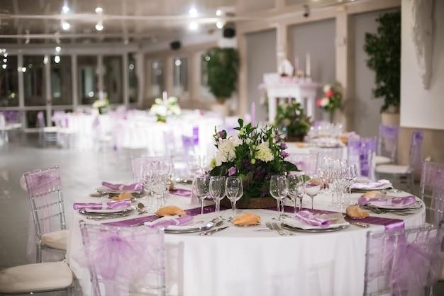 Tabelle disposte per un giorno di nozze