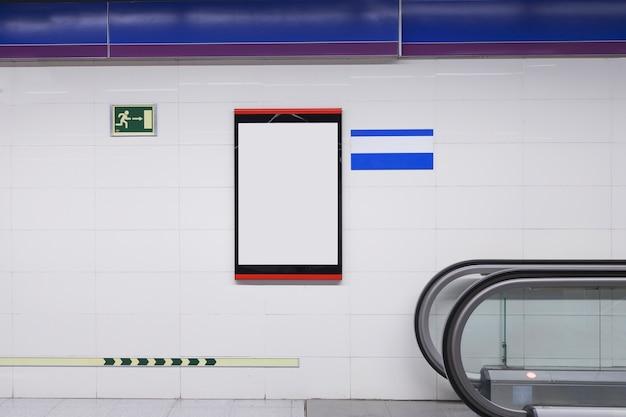 Tabellone per le affissioni bianco in bianco per la pubblicità sulla parete