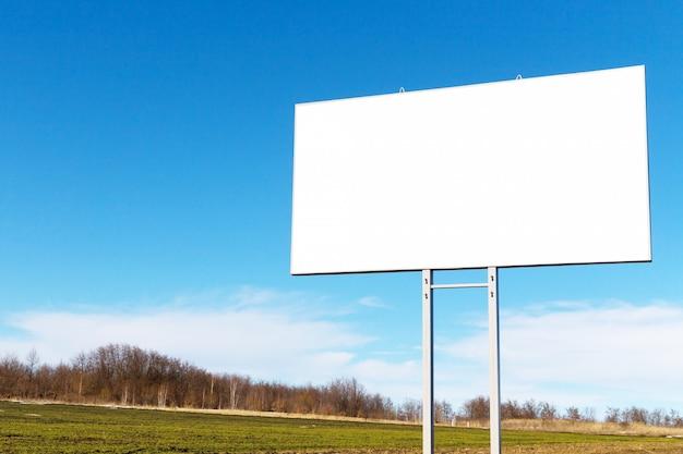 Tabellone per le affissioni con lo spazio bianco della copia dal lato della strada