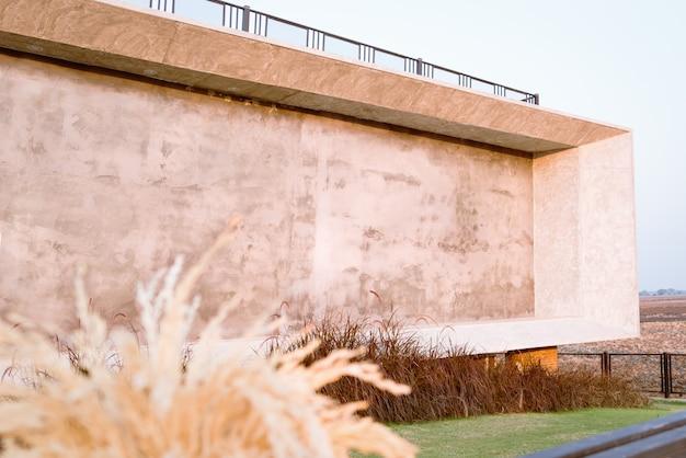 Tabellone per le affissioni della parete in bianco all'aperto con l'erba di prato